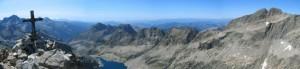 Panorámica desde Cime du Gelás (3143 m), punto más alto del departamento. Al fondo de la imagen se puede apreciar el Mar Mediterráneo.
