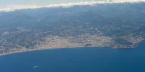 Foto aérea de Niza, fuertemente custodiada por los Alpes. fte:www.fotothing.com