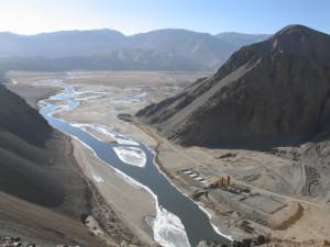 Imagen del río Tarim. Al pasar por terrenos tan secos y desprovistos de vegetación, este río transporta una gran cantidad de sedimentos. Fte:http://mikamienvironmentalblog.blogspot.com.es/