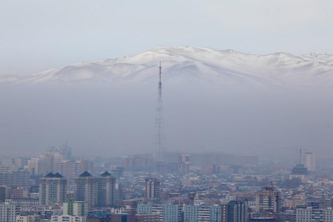 """Panorámica de Ulan Bator en invierno. Podemos apreciar esa intensa """"boina"""" de contaminación provocado sobretodo por los deficientes sistemas de calefacción. fte:http://empresayeconomia.republica.com/"""
