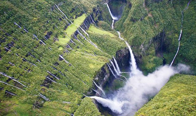 """Estas cataratas son conocidas como """" la voile de la Mariee"""" con un desnivel aproximado de 200 metros"""