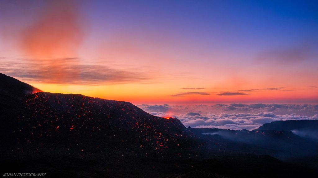Erupción en Piton de Fournaise. Esta foto concreta es de 2015, pero en la página http://www.fournaise.info/ podréis encontrar una gran cantidad de fotos espectaculares de aquella erupción y de las acaecidas el pasado año 2016. ¡Superlativo!
